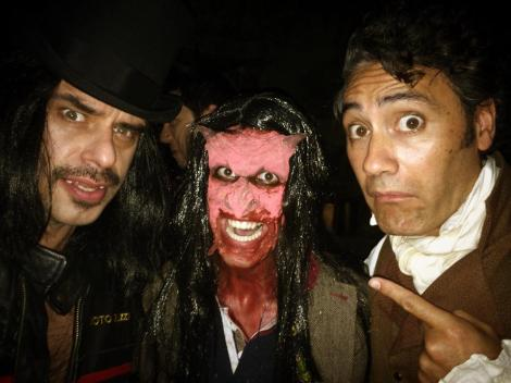 "It was very horrible to meet you! @AJemaineClement @TaikaWaititi Go out & watch ""5Zimmer, Küche, Sarg""! GRANDIOS!"
